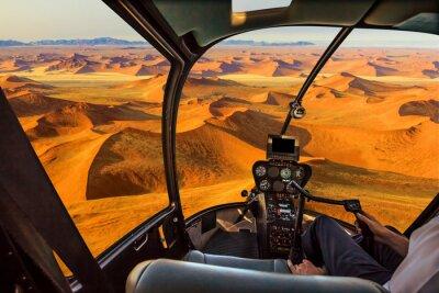 Poster Hubschrauber Cockpit fliegt im Dead Valley, Sossusvlei Wüste im Namib Naukluft Nationalpark, Namibia, mit Pilot Arm und Steuerkarte in der Kabine.