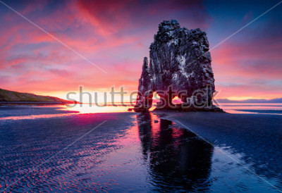 Poster Hvitserkur am östlichen Ufer der Halbinsel Vatnsnes. Bunter Sommersonnenaufgang in Nordwestisland, Europa. Schönheit des Naturkonzepthintergrundes.