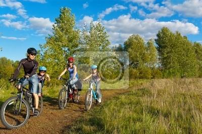 Im Freien Familie Radfahren. Glückliche Eltern mit zwei Kindern auf Fahrrädern