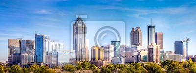 Poster Im Stadtzentrum gelegene Atlanta-Skyline, die einige bedeutende Gebäude und Hotels unter einem blauen Himmel zeigen.