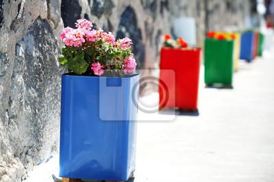 im Vordergrund der traditionellen blauen Blumentopf auf die