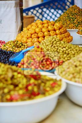 In Essig eingelegte Oliven auf einem traditionellen marokkanischen Markt