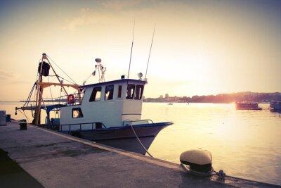 Poster Industriefischerei Boot vor Anker im Hafen. Weinlese-Foto getönten