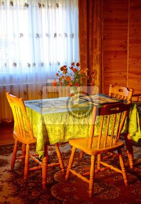 Innen gemütliches Zimmer mit Stühlen und einem Tisch