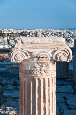 Ionische Hauptstadt und Panorama von Athen auf dem Hintergrund.