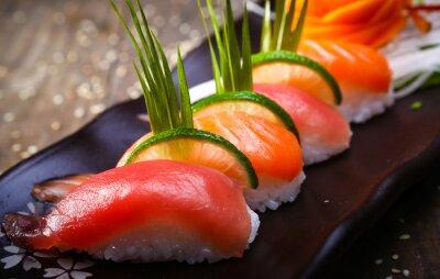 Poster Japanische Lachs, Thunfisch-Sushi und Sauce closeup