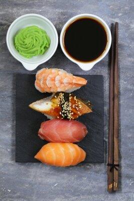 Poster Japanische traditionelle Lebensmittel-Sushi mit Lachs, Thunfisch und Garnelen
