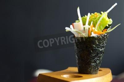 Poster Japanisches Essen, California Hand rollen halten, in einer Holzbefestigung