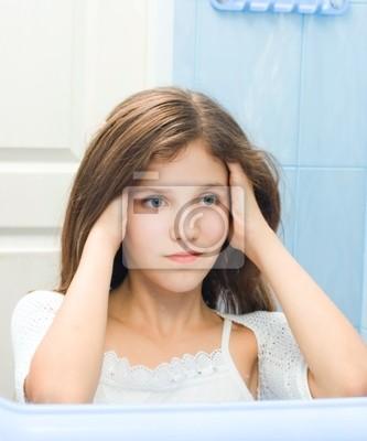 Jugendlich mädchen im badezimmer wandposter • poster erfordern ...