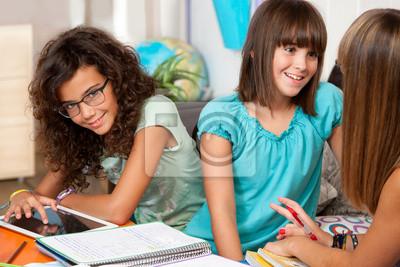 Jugendliche über ihre Hausaufgaben.