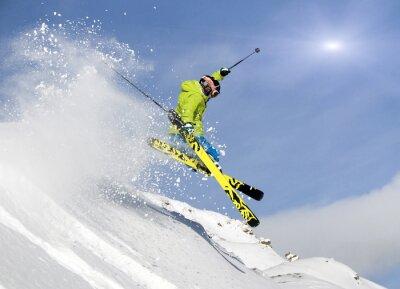 Poster Jugendlicher springt Skifahrer im Tiefschnee