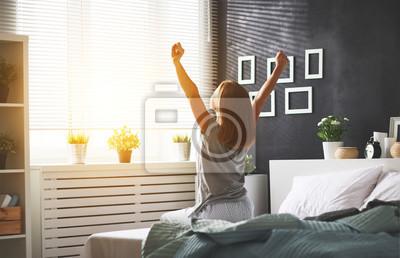 Poster Junge Frau erwachte morgens im Schlafzimmer am Fenster mit dem Rücken