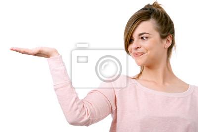 Junge Frau mit der Hand auf Kopie Raum angehoben.