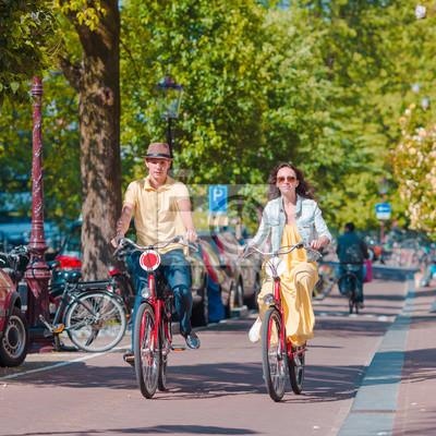 Junge glücklich kaukasisch Paar auf Fahrrädern in Amsterdam