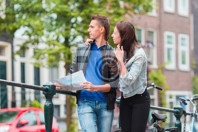 Junge glückliche Familie auf Fahrrädern in Amsterdam
