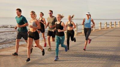 Poster Junge Leute, die entlang Strandpromenade laufen