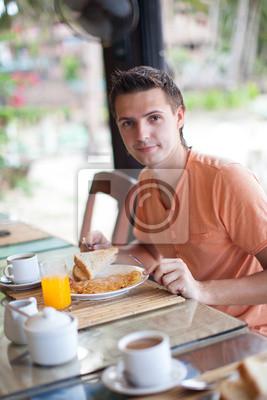 Junge Männer mit Frühstück im Resort Restaurant