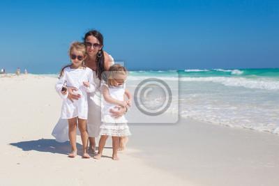 Junge Mutter und ihre kleinen Töchter genießen Sommerferien