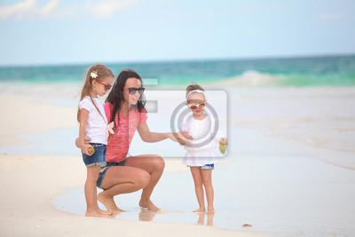 Junge Mutter und ihre niedlichen Töchter genießen Sommerurlaub an