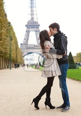 Junge romantischen Paar Küssen in der Nähe des Eiffelturms in Paris