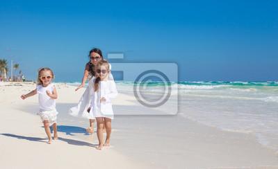 Junge schöne Mutter mit ihrem entzückenden kleinen Töchter