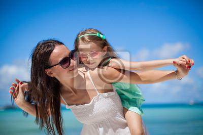 Junge schöne Mutter und ihre entzückende kleine Tochter haben Spaß
