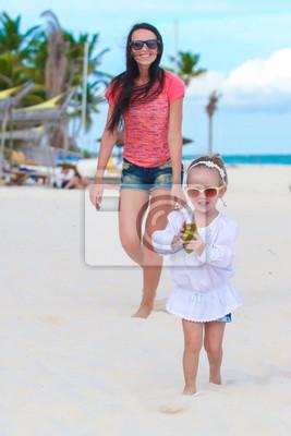 Junge schöne Mutter und ihre entzückende kleine Tochter läuft