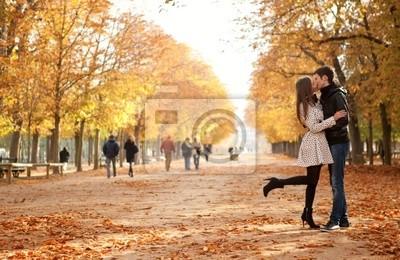 Junge schöne Paar in den Luxemburg-Gärten, bei Herbst. Paris,
