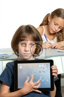 Junge Studentin zeigt Hausaufgaben auf digitale Tablet.