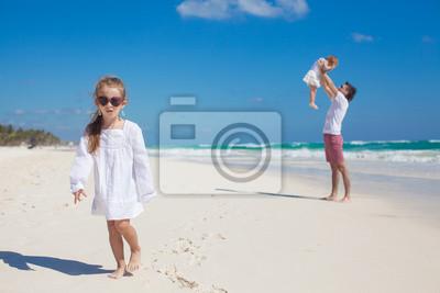 Junge Vater und seine süße Tochter, die Spaß am weißen Strand