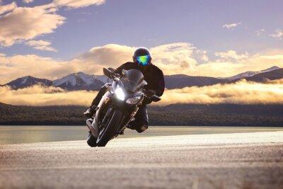 Poster Junger Mann Reiten big bike Motorrad gegen scharfe Kurve von asph