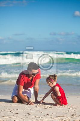 Junger Vater und seine entzückende kleine Tochter Zeichnung auf die