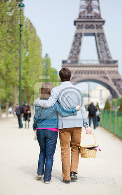 Junges Paar gehen, um ein Picknick am Eiffelturm haben
