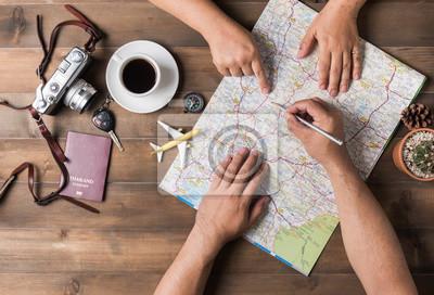 Poster Junges Paar Planung Urlaub Reise mit Karte. Draufsicht