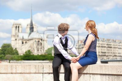 Junges Paar von Touristen genießen den Blick auf Notre Dame