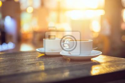 Poster Kaffee am Morgen, zwei Tasse Espresso auf Holztisch im Café oder Kaffeehaus.