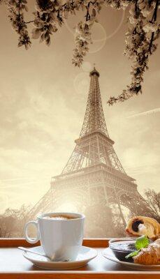 Poster Kaffee mit Croissants gegen Eiffelturm in Paris, Frankreich