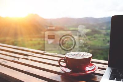 Poster Kaffee Morgen und Laptop auf Holztisch mit schönen Berg Hintergrund. Worklife-Bilanzkonzept
