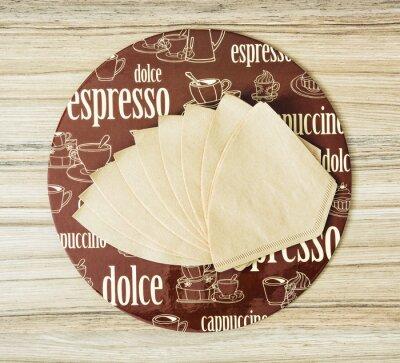Poster Kaffee themenorientierte runde Tablett- und Kaffeefilter auf dem hölzernen backgr