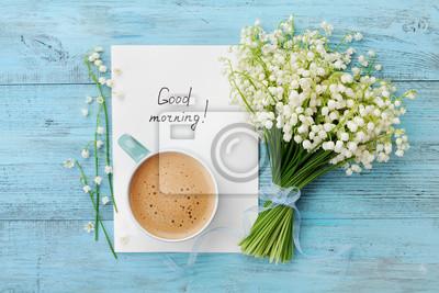 Poster Kaffeebecher mit Bouquet von Blumen Lilie des Tales und stellt fest, guten Morgen auf türkisfarbenen rustikalen Tisch von oben, schönes Frühstück, Vintage-Karte, Draufsicht, flache Lage