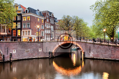 Kanalbrücke in Amsterdam am Abend