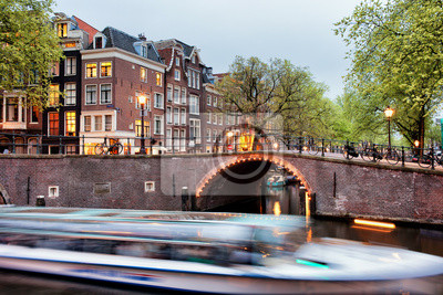 Kanalbrücke und Bootsausflug in Amsterdam am Abend