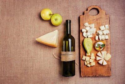 Poster Käseplatte garniert mit Honig, Apfel und Flasche Wein auf