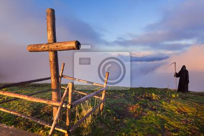 Katholische Kreuz auf einem Berggipfel und Tod, abgesehen steht