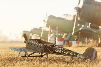 Poster Kind-Modell Flugzeug mit Retro-Flugzeugen geparkt