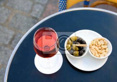 Kir Cassis und Knabbereien. Konzentrieren Sie sich auf Glas Wein