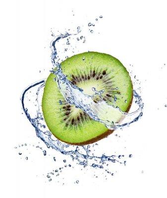 Poster Kiwi im Wasser spritzen, isoliert auf weißem Hintergrund