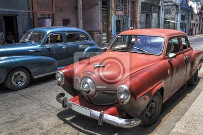 Klassische amerikanische Autos in der Altstadt von Havanna, Kuba