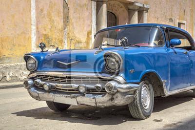 Klassische amerikanische blaues Auto in der Altstadt von Havanna, Kuba