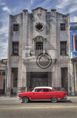 Klassisches Amerikanisches rotes Auto in der Altstadt von Havanna, Kuba